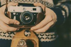 Mann, der alte Retro- Kamera in den Händen hält Stockbild