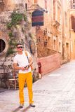 Mann, der in alte Stadt geht Stockfotos