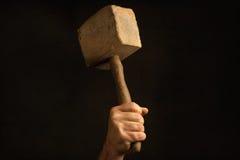 Mann, der alten Holzhammer in der Hand hält Lizenzfreie Stockfotos