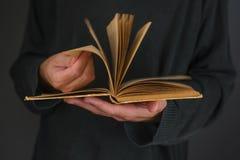 Mann, der altes Buch liest Lizenzfreie Stockfotos
