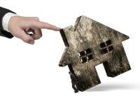 Mann, der altes Haus mit einem anderen Von Hand eindrücken hält Lizenzfreie Stockfotos