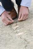 Mann, der anhaftenden Verband auf gebrochener Straße anwendet. Lizenzfreie Stockbilder