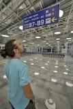 Mann, der Anschlagtafel im Flughafen schaut Lizenzfreie Stockfotos