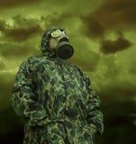 Mann in der Anti-Gasschablone Lizenzfreies Stockbild