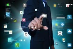 Mann, der APP-Ikonen berührt Lizenzfreies Stockfoto