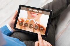 Mann, der APP verwendet, um zu rauchen zu beendigen stockbild