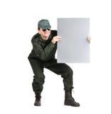 Mann in der Arbeitskleidung hält Papierblatt. Stockfoto