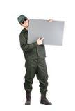 Mann in der Arbeitskleidung hält Papierblatt Lizenzfreie Stockfotografie