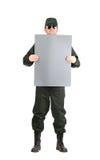 Mann in der Arbeitskleidung hält Papierblatt Lizenzfreies Stockfoto