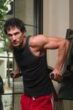 Mann, der Arm-Muskeln ausübt Stockfoto