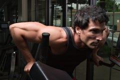 Mann, der Arm-Muskeln ausübt Stockbild