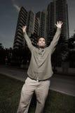 Mann, der Arme anhebt Stockfotografie