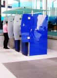 Mann an der ATM-Maschine, Stadt lizenzfreie stockfotos