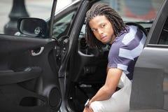 Mann, der außerhalb seines Autos schaut Stockfotografie