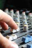 Mann, der Audiomischer justiert stockfotografie