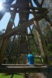 Mann, der auf alter Bockbrücke sitzt lizenzfreies stockbild