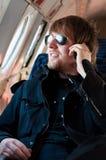 Mann, der auf altes Flugzeug reist Stockbilder