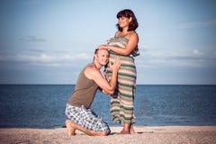 Mann, der auf Baby hört Lizenzfreie Stockbilder