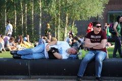 Mann, der auf Bank schläft Lizenzfreie Stockfotografie