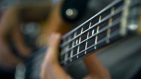 Mann, der auf Bass-Gitarre spielt stock video