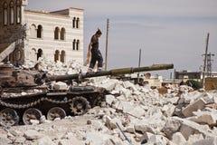 Mann, der auf Behältergewehr balanciert. Azaz, Syrien. Lizenzfreie Stockbilder