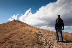 Mann, der auf Berg schaut Stockfotos