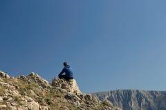 Mann, der auf Berg sich entspannt Lizenzfreie Stockfotografie