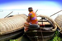 Mann, der auf Bootsdecken sitzt Lizenzfreie Stockfotografie