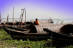 Mann, der auf Bootsdecken sitzt Lizenzfreie Stockfotos