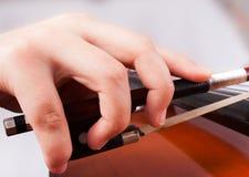 Mann, der auf Cello spielt Stockfotografie