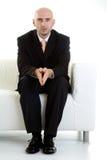 Mann, der auf Couch wartet Stockfotografie