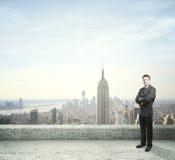 Mann, der auf Dach steht Stockbilder
