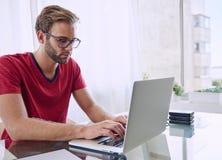 Mann, der auf das Erhalten seins zu arbeiten getan sich konzentriert Lizenzfreies Stockbild