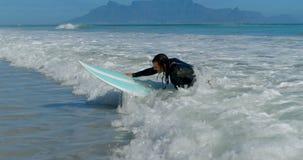 Mann, der auf das Meer 4k surft stock video