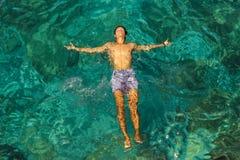 Mann, der auf das Wasser legt lizenzfreies stockbild
