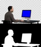 Mann, der auf dem Computer, Alpha Channel schreibt Blue Screen-Modell-Anzeige stockfotografie