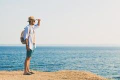 Mann, der auf dem Felsen genießt Sonnenuntergang liegt Lizenzfreie Stockfotografie