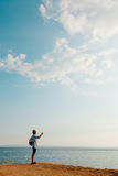 Mann, der auf dem Felsen genießt Sonnenuntergang liegt Lizenzfreies Stockfoto