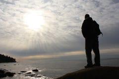 Mann, der auf dem Felsen steht Lizenzfreie Stockbilder