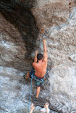 Mann, der auf dem Felsenwegsommer klettert Lizenzfreies Stockfoto