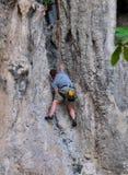Mann, der auf dem Felsenwegsommer klettert Lizenzfreies Stockbild