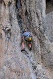 Mann, der auf dem Felsenwegsommer klettert Lizenzfreie Stockbilder