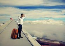 Mann, der auf dem Flügel steht Stockfotografie