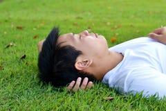 Mann, der auf dem Gras schläft stockfoto