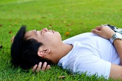 Mann, der auf dem Gras schläft lizenzfreies stockbild