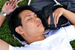 Mann, der auf dem Gras schläft stockbilder
