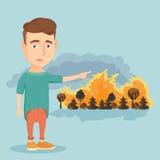 Mann, der auf dem Hintergrund des verheerenden Feuers steht Lizenzfreie Stockfotos