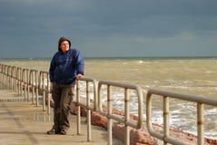 Mann, der auf dem Pier steht Stockbilder