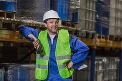 Mann, der auf dem Regallächeln sich lehnt Lizenzfreie Stockfotos