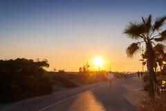 Mann, der auf dem Sonnenuntergang läuft Stockfotografie